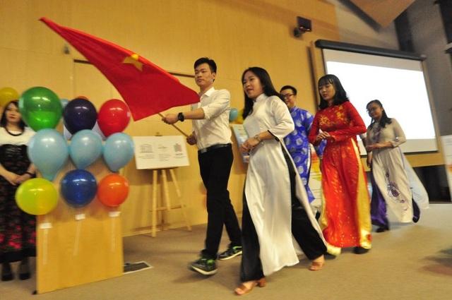 Du học sinh Việt giới thiệu áo dài ở ngày hội văn hóa quốc tế tại Ba Lan - 3