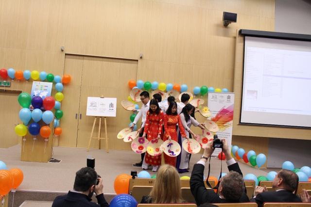 Du học sinh Việt giới thiệu áo dài ở ngày hội văn hóa quốc tế tại Ba Lan - 4