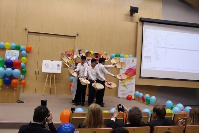 Du học sinh Việt giới thiệu áo dài ở ngày hội văn hóa quốc tế tại Ba Lan - 5