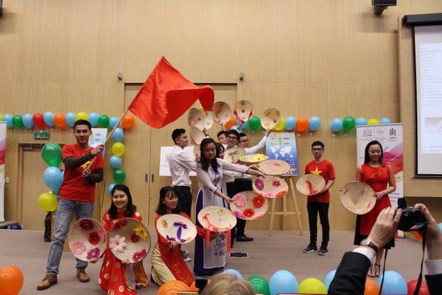 Du học sinh Việt giới thiệu áo dài ở ngày hội văn hóa quốc tế tại Ba Lan - 6