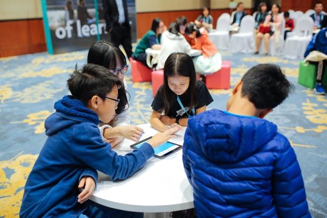 Học sinh cùng thảo luận làm bài trên hệ thống điện tử kết nối giữa giáo viên và học sinh.