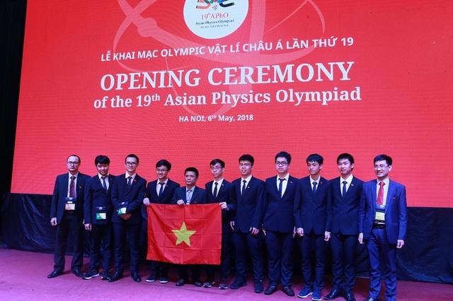 Tham gia kỳ thi lần này, đoàn Việt Nam có tám thí sinh.