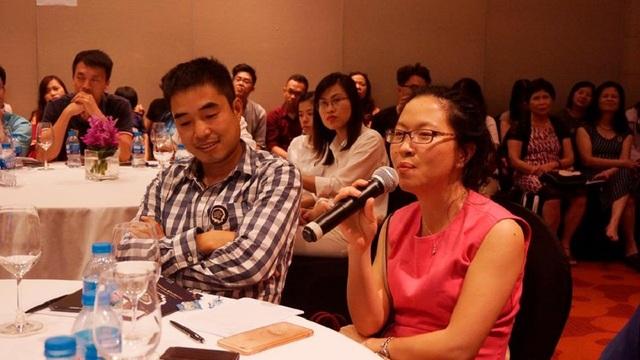Khán giả đặt câu hỏi cho diễn giả.