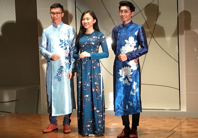 Nguyễn Ngọc Phương Linh (giữa) giành được học bổng trị giá 5,5 tỉ đồng tại trường Đại học Dickinson.