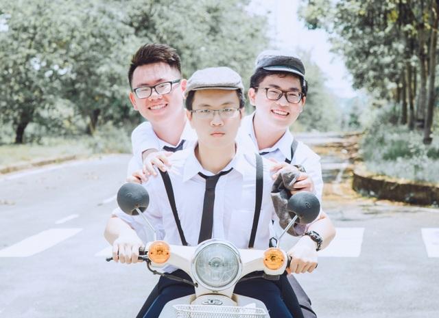 Phan Nguyễn Tất Thành (giữa) đỗ 11 đại học Mỹ với tổng trị giá học bổng lên tới hơn 1 triệu USD.