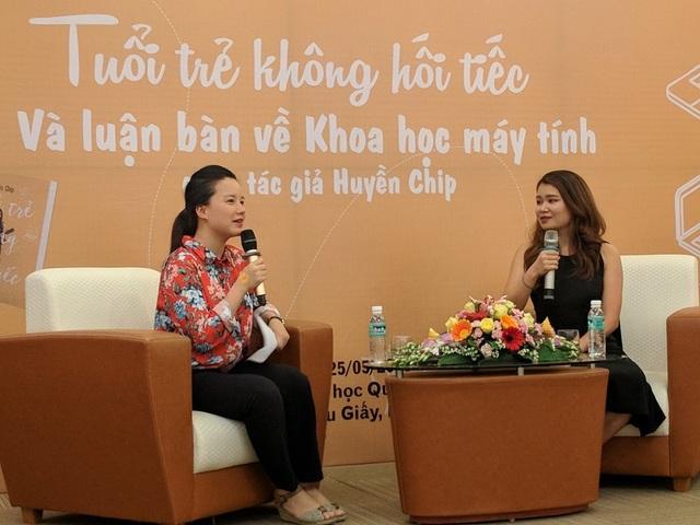 Nữ thạc sĩ Việt tại ĐH Stanford Nguyễn Thị Khánh Huyền (Huyền Chip - váy đen) trong buổi giao lưu.