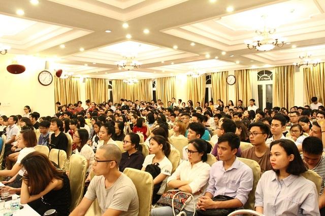 Gần 300 bạn trẻ đến tham dự buổi giao lưu.