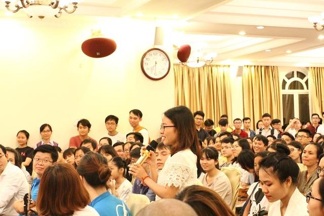 Người tham dự đặt câu hỏi cho diễn giả Huyền Chip.