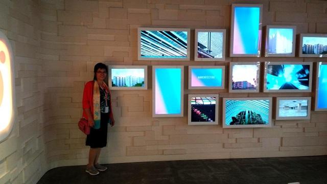 Cô Mỹ chụp hình khi thăm quan trụ sở của Facebook tại San Francisco.