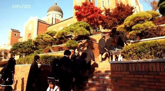 Khung cảnh trường Đại học Keimyung trong tập 1 của bộ phim Boys Over Flowers.