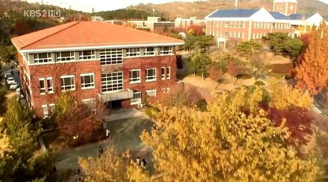 Nhà sản xuất đã đổi tên ngôi trường này thành Trường trung học Shinhwa.