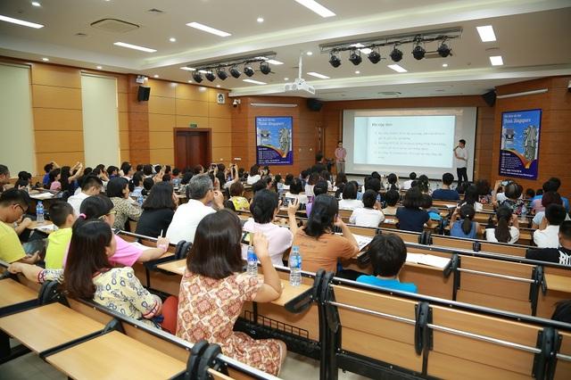 Buổi hội thảo thu hút các bậc phụ huynh, các em học sinh đến tham dự.