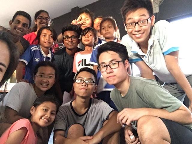 Nam Hiếu (áo xám ở giữa) trong chuyến đi tình nguyện tại Campuchia năm 2017.