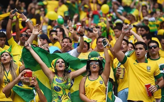 Fan của Brazil cuồng nhiệt cổ vũ tại World Cup.