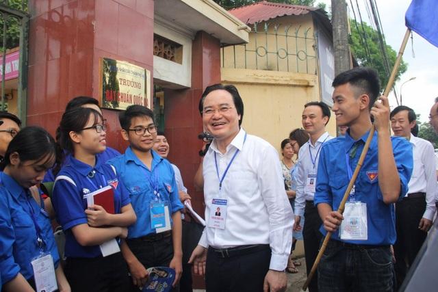 Bộ trưởng nói chuyện và khen ngợi các bạn tình nguyện viên hỗ trợ kì thi.