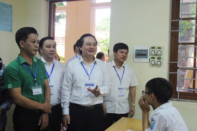 Bộ trưởng vào từng phòng thi hỏi han thí sinh.