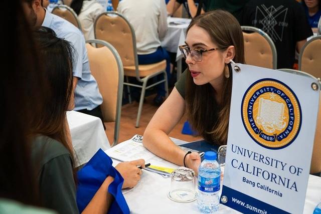 Cô Mariah tốt nghiệp đại học California, Berkele, Mỹ (phải) tư vấn về chọn trường đại học công hay tư tại Mỹ.