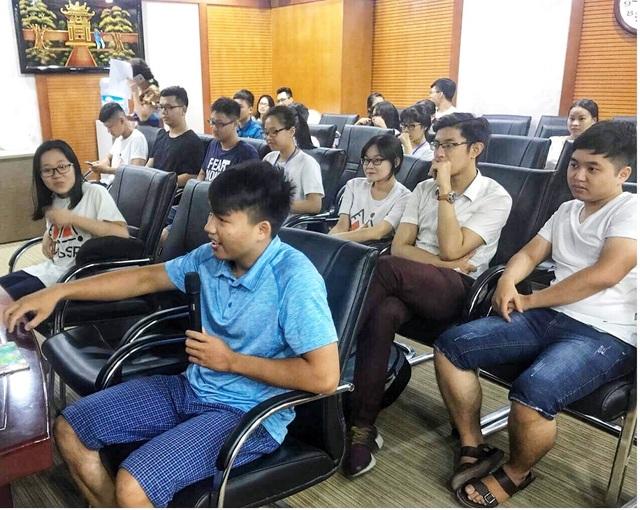 Người tham dự đặt câu hỏi cho các nhóm học sinh thuyết trình.