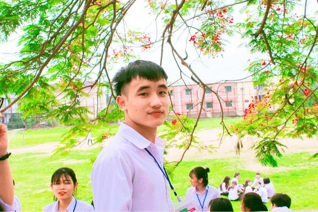 """Trên mạng xã hội, Hoàng Văn San đang được nhiều bạn trẻ ngưỡng mộ """"truy lùng"""" và gọi bằng biệt danh """"nam thần môn Văn""""."""