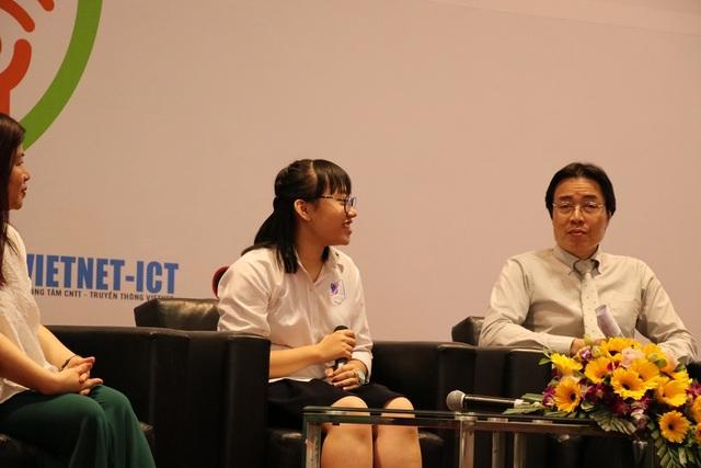 Em Hoàng Thùy Linh (giữa), đại diện trẻ em chia sẻ tại hội thảo.