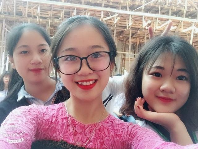 Minh Châu (ở giữa) và các bạn.