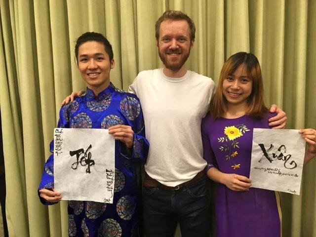 Vũ Minh Châu (phải) quảng bá hình ảnh Việt Nam cho bạn bè tại Mĩ dịp Tết nguyên đán.