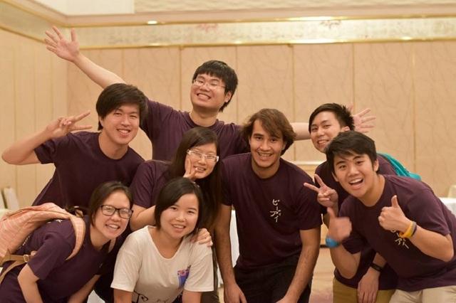 Thùy Linh (hàng đầu ngoài cùng bên trái) và các bạn tại Mĩ.
