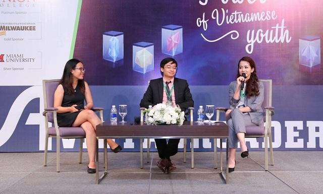 Thiên An (ngoài cùng bên trái) thoải mái chia sẻ câu chuyện của bản thân cho mọi người.
