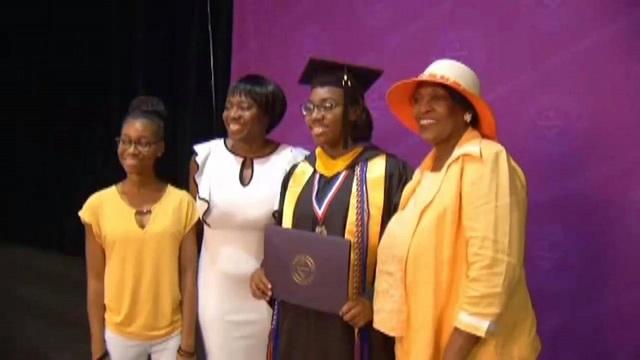 Dorothy chụp ảnh cùng người thân trong buổi lễ tốt nghiệp. (Nguồn: WSFA)