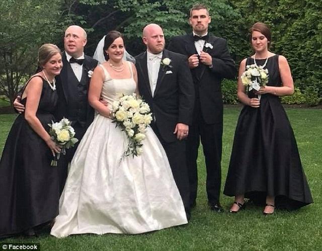 Ashlyn và chồng cô – Matt Kurtz (ở giữa) trong lễ cưới. (Nguồn: Daily Mail)