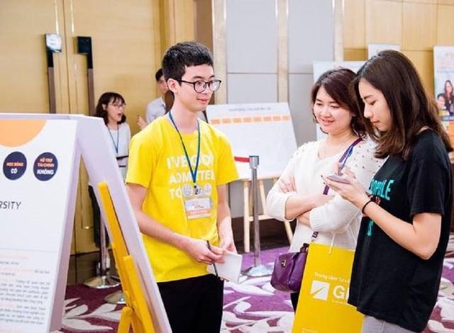Du học sinh Việt đang học tại Mỹ (áo vàng) chia sẻ bí quyết giành học bổng cho người tham dự triển lãm.