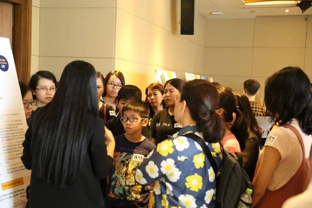 Các bậc phụ huynh và các em học sinh dành nhiều sự quan tâm cho triển lãm.