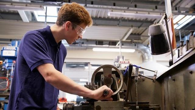 Ngày càng nhiều nam sinh tại Anh lựa chọn các khóa học nghề. (Ảnh: Alamy)
