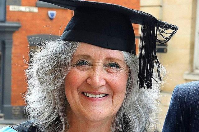 Bà Susan Campbell vừa tốt nghiệp chuyên ngành thời trang tại Đại học Northampton ở tuổi 65 tuổi. (Ảnh: University of Northampton)
