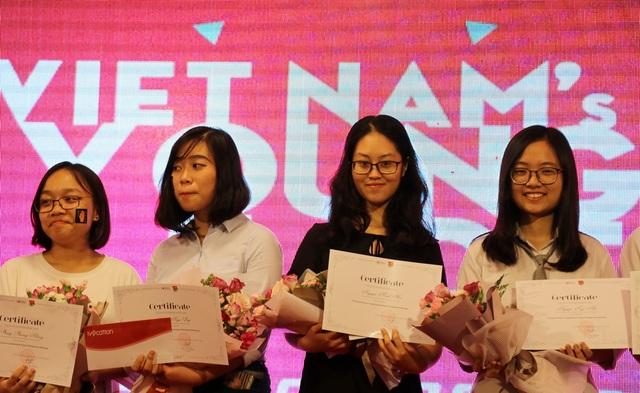 Lần lượt từ trái sang: Phương Nhung và Ngọc Diệp đạt giải Sáng tạo; em Nguyễn Minh Hà (thứ 3) đạt giải Dự án được bình chọn nhiều nhất); em Nguyễn Nga Nhi (phải, ngoài cùng) đạt giải Nổi bật.