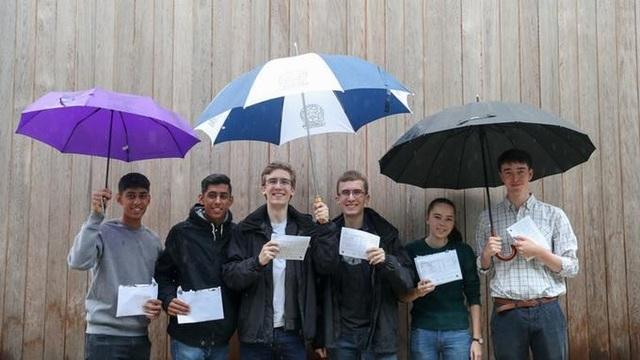 Từ trái sang: Himmat và Arjun Sohal, Harry và Thomas Ashton-Key, Catherine và Henry Darlison. (Ảnh: PA)