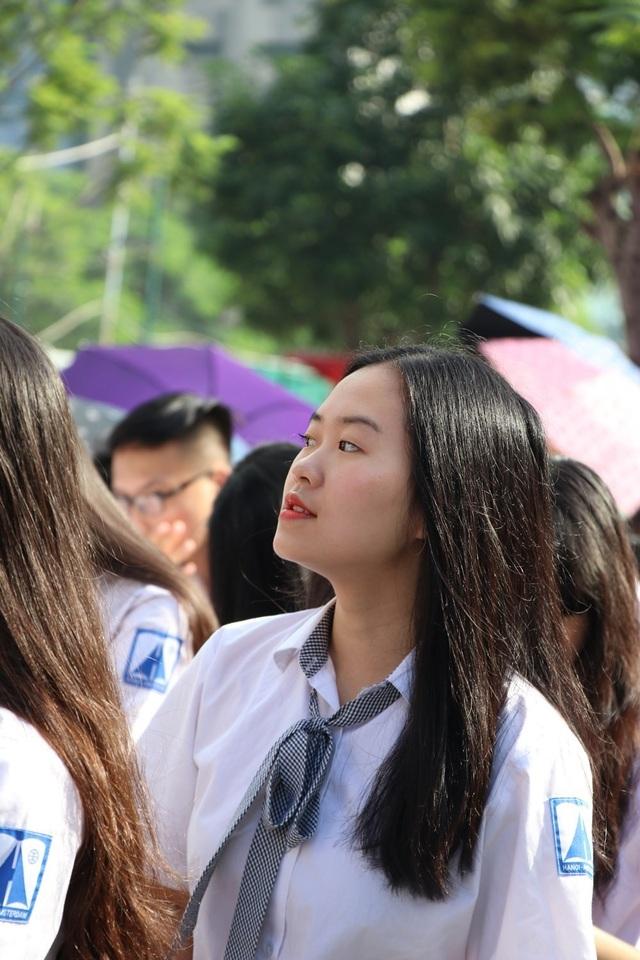Mái tóc đen dài óng mượt buông xõa của các nữ sinh luôn thật thu hút.