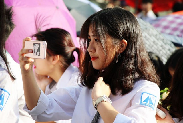 Các bạn nữ tranh thủ trò chuyện, chụp ảnh selfie trước khi buổi lễ bắt đầu...