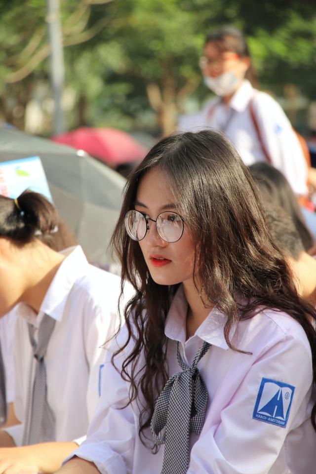 Cô nàng đeo kính cận cuốn hút khi đang chăm chú nhìn lên sân khấu.