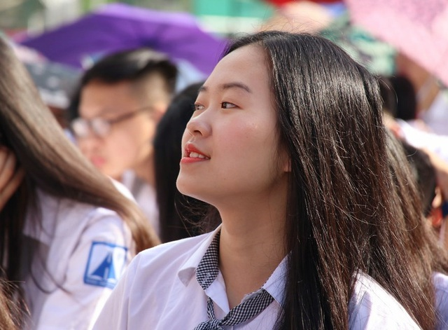 Cô bạn này đã không dấu niềm vui pha lẫn bâng khuâng, bồi hồi trong ngày tựu trường.