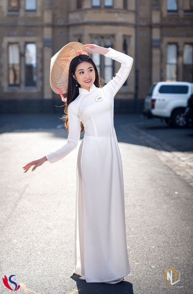 Thí sinh Vũ Trần Uyển Nhi gây chú ý trong phần thử thách trang phục áo dài bởi vóc dáng chuẩn và gương mặt khả ái.