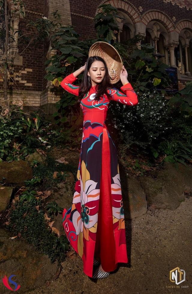 Thí sinh Hoàng Kiều Yến cũng gây ấn tượng mạnh khi khoác lên mình tà áo dài họa tiết.