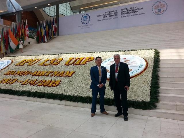 Phạm Quốc Toản (bên trái) chụp cùng đại biểu đại diện Công quốc Monaco trong Đại hội đồng Liên minh nghị viện thế giới lần thứ 132 (IPU-132) tổ chức tại Việt Nam năm 2015.