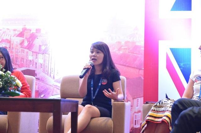 Chị Mai Thu Hà (Phụ trách chương trình Chevening của ĐSQ Anh tại Việt Nam) giới thiệu tiêu chí tuyển chọn học bổng khóa 2019/2020.
