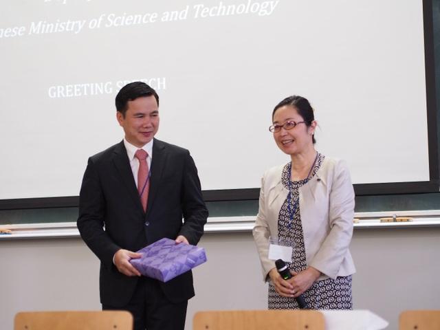 GS. Noriko Osumi - - Phó hiệu trưởng Trường ĐH Tohoku trao quà lưu niệm cho Thứ trưởng Bùi Thế Duy (ảnh: Hoàng Chu).