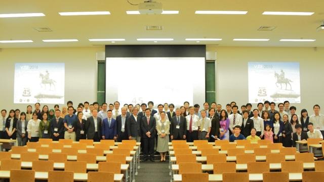 Khách mời, chụp ảnh cùng ban tổ chức hội nghị (ảnh: Văn Quang).
