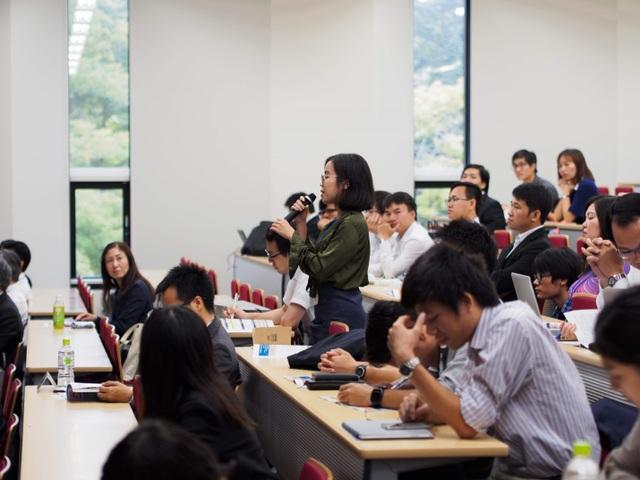 Trần Thị Thu Vân, Đại học Quốc Gia TP HCM đặt câu hỏi tại phiên toàn thể (ảnh: Hoàng Chu).