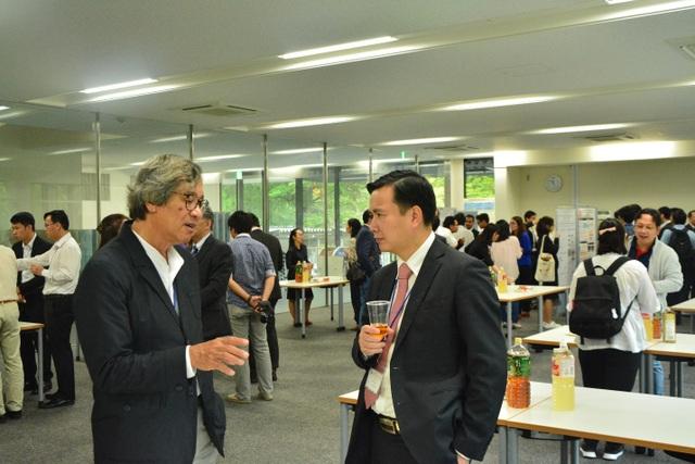 Thứ trưởng Bùi Thế Duy trao đổi tại buổi triển lãm poster (ảnh: Văn Quang).