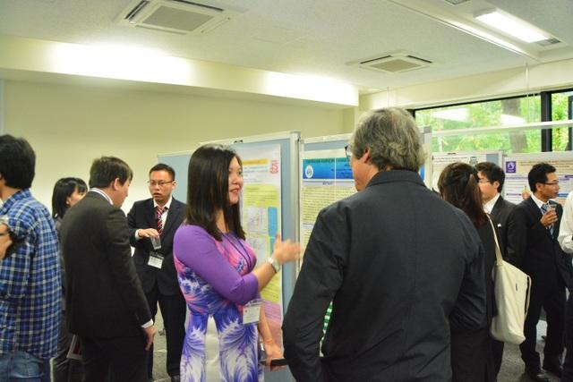 Các đại biểu tham dự trao đổi trong buổi triển lãm poster (ảnh: Hoàng Chu).
