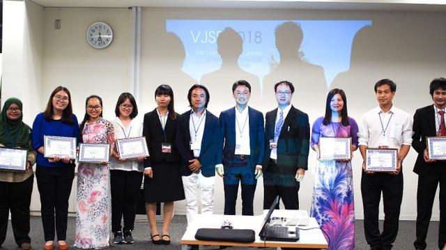 Trao giải Bài thuyết trình xuất sắc nhất (ảnh: Hoàng Chu).